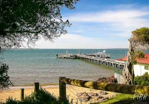 Cowes beach and jetty