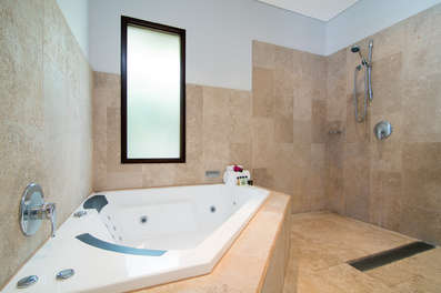 Upstairs bathroom with spa bath